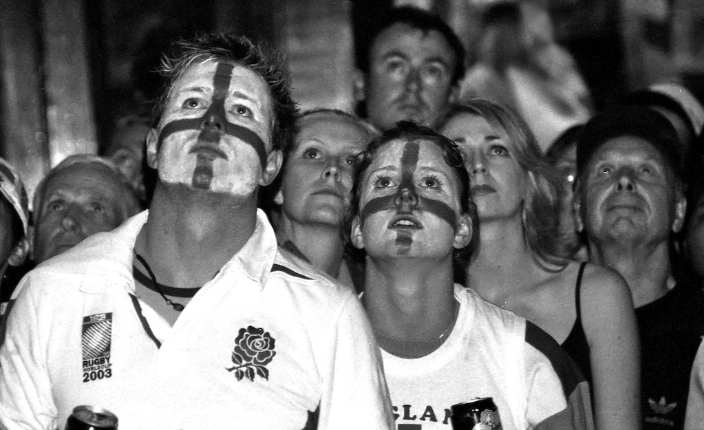 Rugby 04-England fans-BW51B
